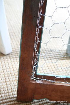 How to make a chicken wire frame for jewelry or notes. Easy How to make a chicke Chicken Wire Crafts, Chicken Wire Frame, Crafts To Sell, Diy Crafts, Cabin Crafts, Adult Crafts, Chicken Wire Cabinets, Craft Fair Displays, Jewellery Storage