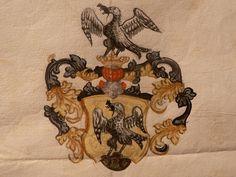 Wappen der Ebinger von der Burg; ein Geier mit Maus im Schnabel auf grünem Dreiberg stehend zum Flug geschickt.