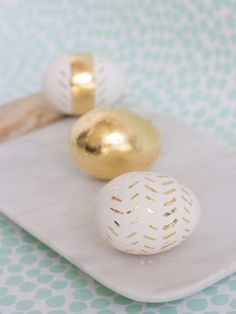 DIY Gold Leaf Easter Eggs Learn how to make these Easter eggs for grown ups! Even better, they don't take a ton of time or technique. Gold Diy, Easter Table, Easter Party, Easter Gift, Gold Easter Eggs, Diy Ostern, Egg Designs, Hoppy Easter, Easter Bunny
