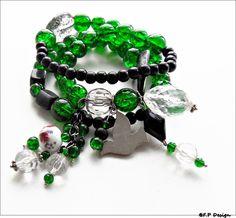 Hier biete ich ein total trendiges Armband,mehrreiig aus grünen Crackle Glasperlen in Kombination mit schwarzen Perlen,diversen Arylelementen und Anhä