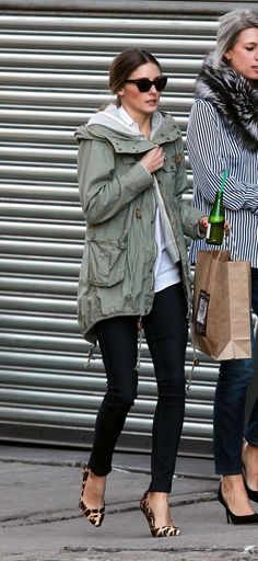 Epitome of casual chic estilo olivia palermo, olivia palermo style, parka verde, fashion Style Olivia Palermo, Style Désinvolte Chic, Winter Outfits, Casual Outfits, Quoi Porter, Street Style, Black Skinnies, Black Pants, Black Leggings