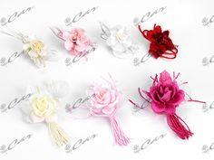 Fiorellini di tessuto con cordino in raso e boccioli con racchette porta confetti
