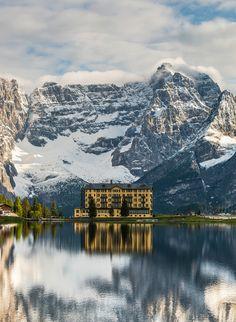Palace diante da montanha - Fotografia por Sven Verbruci www.verbruci.nl Dolomiti, Itália