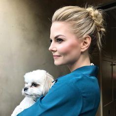 riawnacapriA simple textured updo ‍♀️, fresh soft highlights , and Ava . #901girl @jenmorrisonlive looking flawless as always. (by @abhairmakeup)