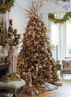 Warm and shining, the Shades of Gold Designer Tree Starter Kit features pearls, glitter, crystals and hand-blown ornaments that are sure to add sophistication to your Christmas display.