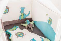 On craque pour ce thème en velours avec son petit dragon. Idéal pour colorer la chambre de bébé #naissance #lingedelitbebe #tourdelit #gigoteuse #doudou http://www.kinousses.com/fr/393-dragon-mignon