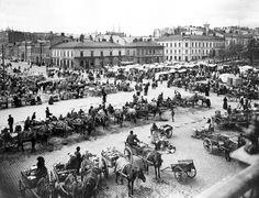 """Helsingin syysmarkkinoilta ostettiin erityisesti silakoita. Markkinamatkat kuuluivat palvelusväen erityisoikeuksiin ja niille lähdettiin pitkienkin matkojen taakse. Varsinkin nuorille ensimmäiselle markkinamatkalle pääsy oli tärkeä tapahtuma. 1800-luvulla markkinoiden järjestäminen alkoi keskittyä kaupunkeihin. Ne myös muuttuivat huvituksiksi, joissa oli silmänkääntötemppujen tekijöitä, outoja eläimiä, tanssia ja """"eläviä kuvia"""".  Kuva Helsingin kaupunginmuseo"""