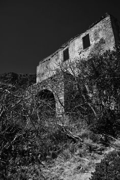 Deserted house in Monemvasia, Greece Old Abandoned Buildings, Abandoned Mansions, Village Houses, Tree Houses, House Photography, Nature Photography, Monemvasia Greece, Desert Places, Jeepers Creepers