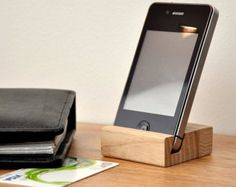 Artículos similares a wood iPhone 4 / 4S / 5C stand.  cherry with charcoal. en Etsy