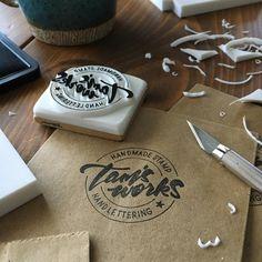紙袋とかに無造作に捺すと良い感じの。 . #消しゴムはんこ#eraserstamp#ハンドメイド#スタンプ#レタリング#ロゴ#デザイン#手書き#手彫り#ペーパーアイテム#handmade#stamp#handlettering Cake Packaging, Food Packaging Design, Coffee Packaging, Brand Packaging, Branding Design, Handmade Stamps, Tampons, Cafe Design, Stationery Design