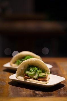 Buns são pães cozidos no vapor de origem chinesa. Estes do 2nd Floor Noodle Bar (Rua Leandro Dupret, 980, São Paulo) são recheados com shimeji (versão vegetariana) e com barriga de porco e pepino.