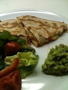 Quesadilla. Een mooi woord voor Mexicaanse pannenkoek. Of tosti. Of zoiets. Een ieder geval twee tortilla's op elkaar geperst met (in de originele variant) heul