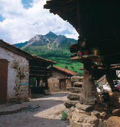 Zureda (Lena) uno de los muchos pueblos que jalonan el Parque Natural de las Ubiñas-La Mesa (una de las 6 Reservas de la Biosfera asturianas).