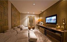O espaço é estreito e comprido, e foi o suficiente pra uma sala de tv acolhedora. O sofá é imenso e retrátil. Gosto muito desse modelo, pois é muito confortável e fica recolhido quando não estiver sendo usado. Também amei os painéis de bambu atrás do sofá e o revestimento da parede da tv, que parece couro croco. Projeto: Danielle Branco Schmaedecke para Casa Cor Paraná 2010.