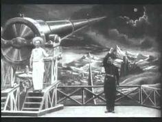 """""""O filme narra a história de um grupo de cinco astrônomos que viajam à Lua numa cápsula lançada por um canhão gigante, onde são capturados pelos selenitas. Contudo, conseguem escapar e retornam salvos à Terra."""""""