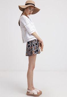 54a6a4a0b385af Draag deze short met print met een eenvoudige blouse en een paar sandalen.  Voeg nog