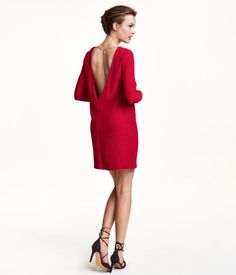 Long-sleeved, backless red dress in woven crêpe fabric with decorative metal chains. | Party in H&M