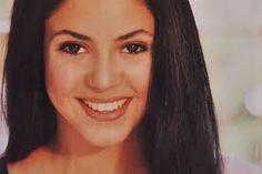 Shakira Isabel Mebarak Ripoll (Barranquilla, 2 de febrero de 1977), mejor conocida como Shakira, es una cantautora, compositora, productora discográfica y bailarina colombiana del género pop rock latino en español e inglés.  Shakira impuso una moda y estilo musical diferente y divertido para la época y obtuvo gran popularidad.
