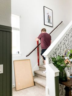 Tips for how to hang family photos on your stairs Wallpaper Accent Wall, Small Entryways, Home Projects, Diy Inspiration, Beautiful Furniture, Painted Doors, Painted Front Doors, Diy Home Decor Projects, Hanging Photos