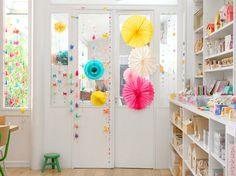 Tout en légèreté et couleurs, la porte de l'atelier d'Adeline clam à Paris.