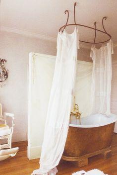 Fantastic tub + amazing wire hanger detail