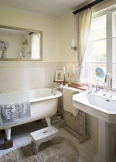 Yläkerran kylpyhuoneeseen on yhdistetty entinen ompeluhuone. Vanha tassuamme on alkuperäinen, samoin upea ammehana. 1920-luvun tyyliin sopiva lavuaari ja wc-istuin tilattiin Saksasta.