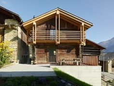 Savioz Fabrizzi Architectes Convert a Former Hayloft Barn into a Holiday Home Chalet Design, Chalet Style, House Design, Swiss Cottage, Mountain Homes, House Extensions, House In The Woods, Architecture Design, Construction