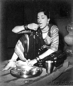 Nargis on the sets of Mehboob Khan's 'Mother India' Old Film Stars, Movie Stars, Sunil Dutt, Mother India, Asian Photography, Picture Movie, Vintage Bollywood, Indian Movies, Classic Films
