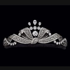 Another fabulous tiara. Belle Époque Bow Knot Diamond and Aigrette Tiara - Circa 1915 via Albion Art Institute Royal Jewelry, Luxury Jewelry, Jewelry Art, Jewelry Design, Gold Jewelry, Edwardian Jewelry, Antique Jewelry, Vintage Jewelry, Royal Tiaras