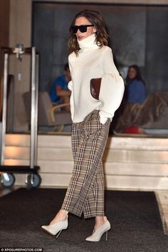 Victoria Beckham puts on stylish display in statement knit & trousers New York style: Accessorising with oversized shades and a burgundy clutch bag, her look was complete Fashion Mode, Work Fashion, Fashion 2017, Trendy Fashion, Fashion Outfits, Womens Fashion, Trendy Style, Moda Victoria Beckham, Victoria Beckham Outfits
