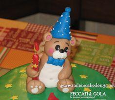 Torta con orsetto crema diplomatica alla vaniglia e frutti di bosco