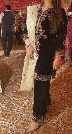 Pakistani Fashion Party Wear, Pakistani Formal Dresses, Shadi Dresses, Indian Dresses, Pakistani Suits, Muslim Fashion, Velvet Dress Designs, Afghan Dresses, Casual Tops For Women