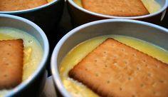 Vanillepudding gemaakt zonder Imperial poeder en geserveerd met petit beurre koekjes