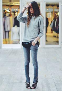 Le chandail gris celui-là même mais avec chemise noire et jeans. Voilà !