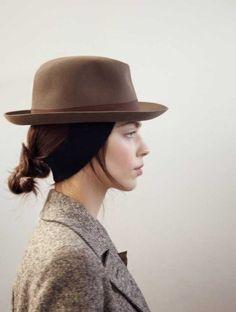 Chapeau et tweed marron