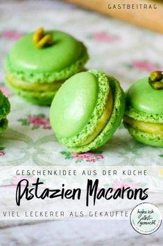Rezept für unglaublich leckere, selbstgemachte Pistazien Macarons. Einfach und schnell hergestellt, sind die Macarons durch ihre tolle Optik und die grüne Farbe absolute Eyecatcher und eignen sich damit prima als Nachtisch, Snack für zwischendurch oder, schön verpackt, als Geschenkidee aus der Küche. Der Geschmack ist sommerlich leicht, verführerisch süß, erfrischend kühl und einfach lecker nach Pistazien. Ein absolut wunderbarer Sommersnack :)