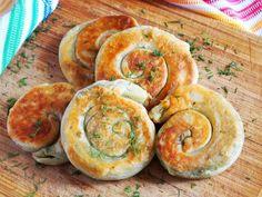 Разрезаем тесто на 7 частей. Раскатываем каждую часть максимально тонко и смазываем зеленым маслом. Сворачиваем тесто рулетом и заворачиваем улиткой. Прижимаем аккуратно рукой или слегка раскатываем скалкой. Bread And Pastries, Dinner Rolls, Meatless Monday, Kefir, New Job, Pie Recipes, Bagel, Sausage, Food And Drink