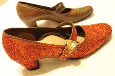 """Ett par röda skor passar perfekt till ett sagobröllop. Läs vårt DIY-tips: """"Hur du får dina gamla skor att glittra!"""" [Fairytale wedding look.] #wedding #bröllop #ecobride Second Hand, Heeled Mules, Bride, Heels, Tips, Fashion, Wedding Bride, Heel, Moda"""