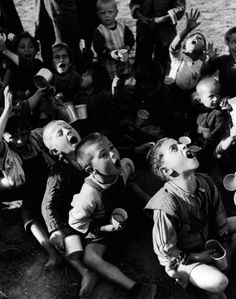 War Torn Greece - Hungry Greek children waiting for their rations of powdered milk - David Seymour / Magnum Jennings and Brewster Old Photos, Vintage Photos, Hungry Children, Poor Children, Greek History, Vida Real, Street Photography, Greece Photography, Stunning Photography