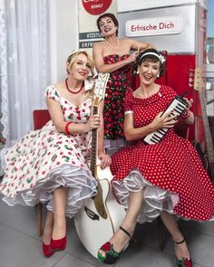 I would love to be one of these ladies and dressed in such gorgeous dresses. 50s Dresses, Pretty Dresses, 50 Fashion, Womens Fashion, Dress Skirt, Dress Up, Dress Sites, Petticoats, Art Posters
