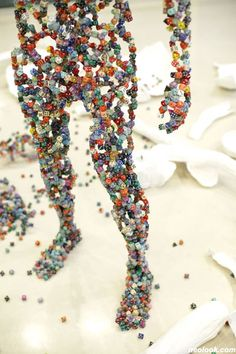 Dice sculptures | Recyclart. Korean artist Kim Hyun constructs these delicate figures by running wire through dice, using the plaster casts of actual people as a guide.