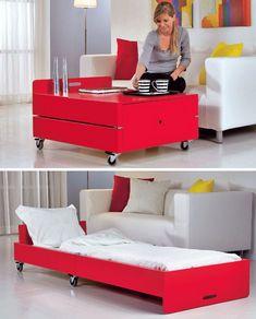 Multifunktionsmöbel sind richtig klasse: Unser Couchtisch ist zugleich ein ausklappbares Gästebett.