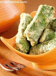 Rectangular blocks of paneer, carefully enveloped in spinach leaves, dipped in a spicy bengal gram batter and deep-fried.