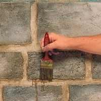 Create & paint Faux Stone Block - Tutorial You will change the feel of your entire room with this distressed stone finish. Of course, even this stone finish can have a polished look by varying the colors used and by making the stones more uniform in size. Faux Stone Walls, Faux Walls, Faux Brick, Faux Finishes For Walls, Faux Painting Walls, Stucco Walls, Pintura Exterior, Fake Stone, Stone Blocks