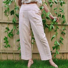꞊ Pale peachy pink vintage linen/cotton blend pants with adorable side button detail. Very beach pajama esq.! Beautiful woven texture. Pleats at front at drop waist. Lined cotton pockets. ꞊ 60/40 blend. ꞊ Condition is great, no overt issues. || m e a s u r e m e n t s || Labeled As: