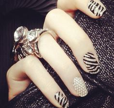 Such pretty zebra nails