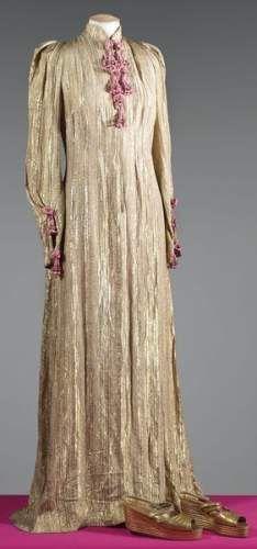 SCHIAPARELLI, haute couture, circa 1937 / 1939. Robe du soir en broché lamé or