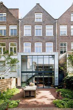 C: Uitbouw over 2 verdiepingen gemaakt met zink (die zinken rand vind ik tikje lomp) Geen glas in dak volgens mij.