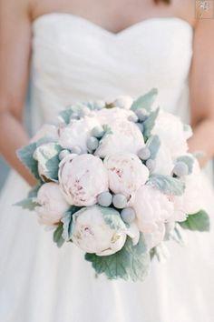 Bukiet ślubny jak i cały zarys florystyczny. Może dobrym pomysłem było by aby parę tych kuleczek było w kolorze złotym :)