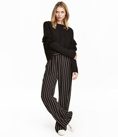 Sort/Stripet. En vid pull-on bukse i vevd kvalitet. Buksen har elastikk i midjen og sidelommer.